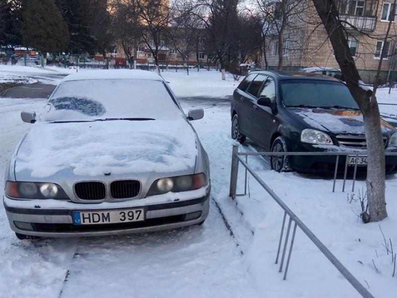 припаркувався на тротуарі
