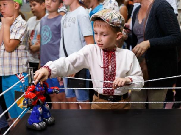 Батьків та дітей у Луцьку кличуть збирати роботів