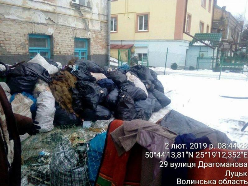 вулицю Драгоманова закидали сміттям