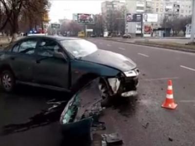 У Луцьку на проспекті Соборності авто на великій швидкості врізалося у стовп