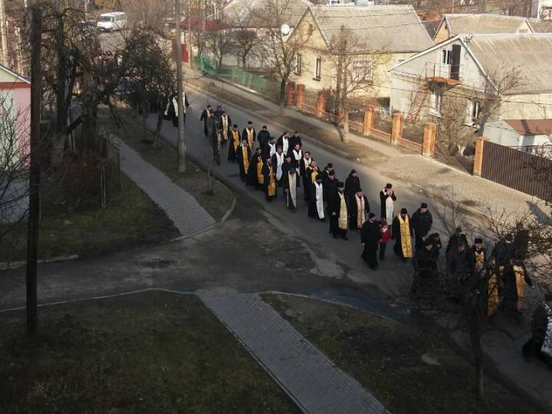 На вулицях Луцька відбувається хресна хода монахів