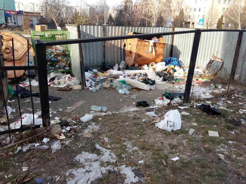 На перехресті вулиць Чорновола та Кримського– купи сміття