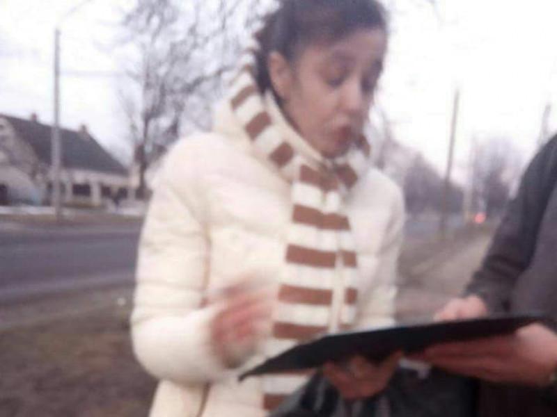 Жінка викидала сміття на узбіччя дороги