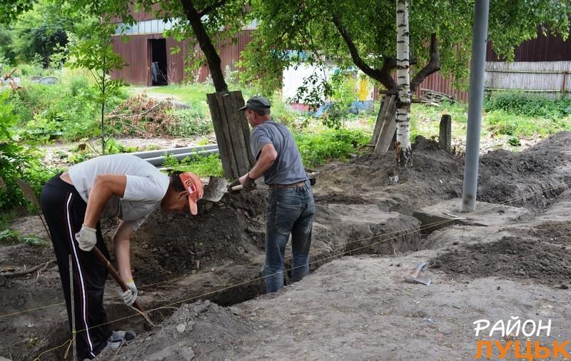Робітники риють рови під бетон, щоб через новий паркан звук був непроникним