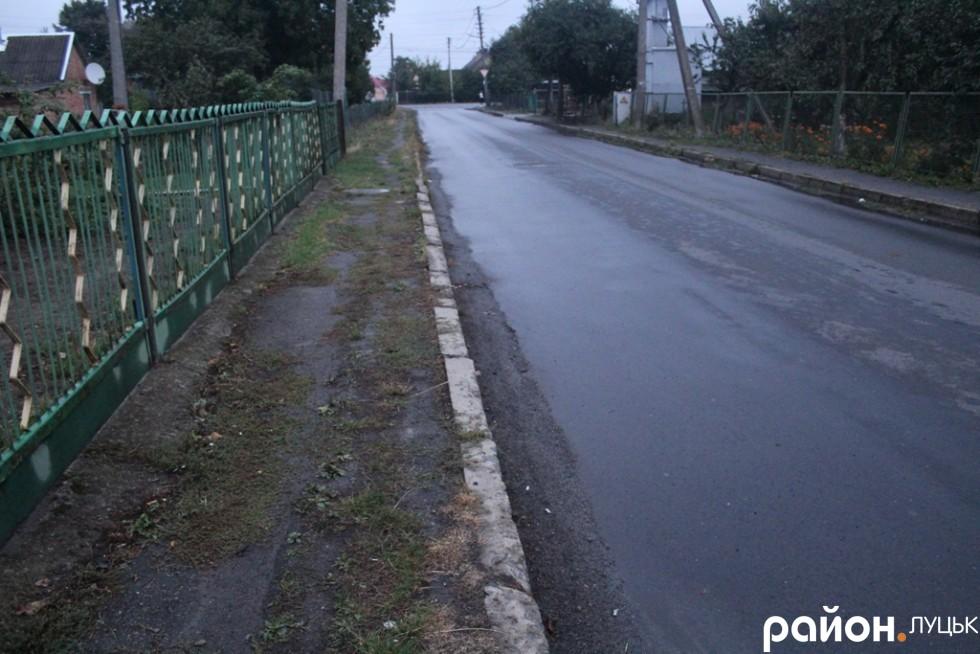 Дорогу відремонтували, а про тротуар забули
