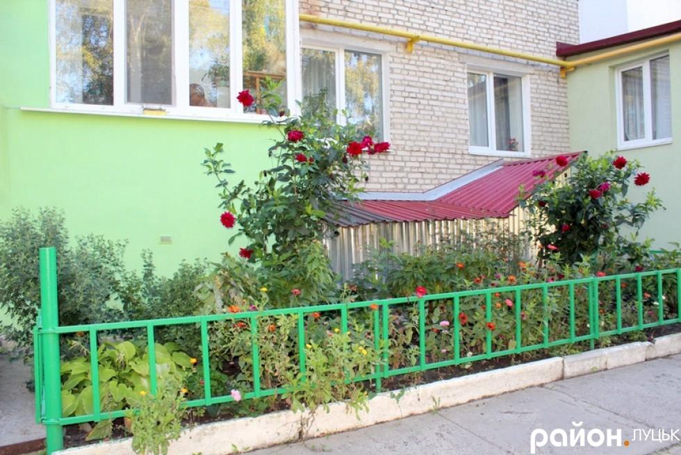 Нові паркани та охайні клумби - ознака того, що за будинком доглядає справжній господар