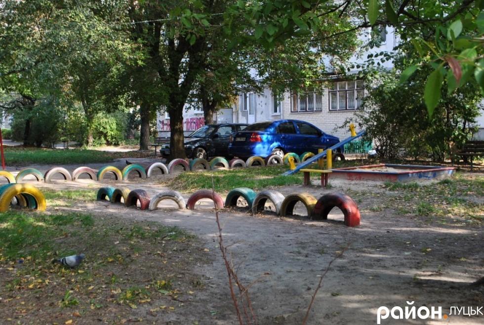 дитячий майданчик на вулиці Гулака-Артемовського