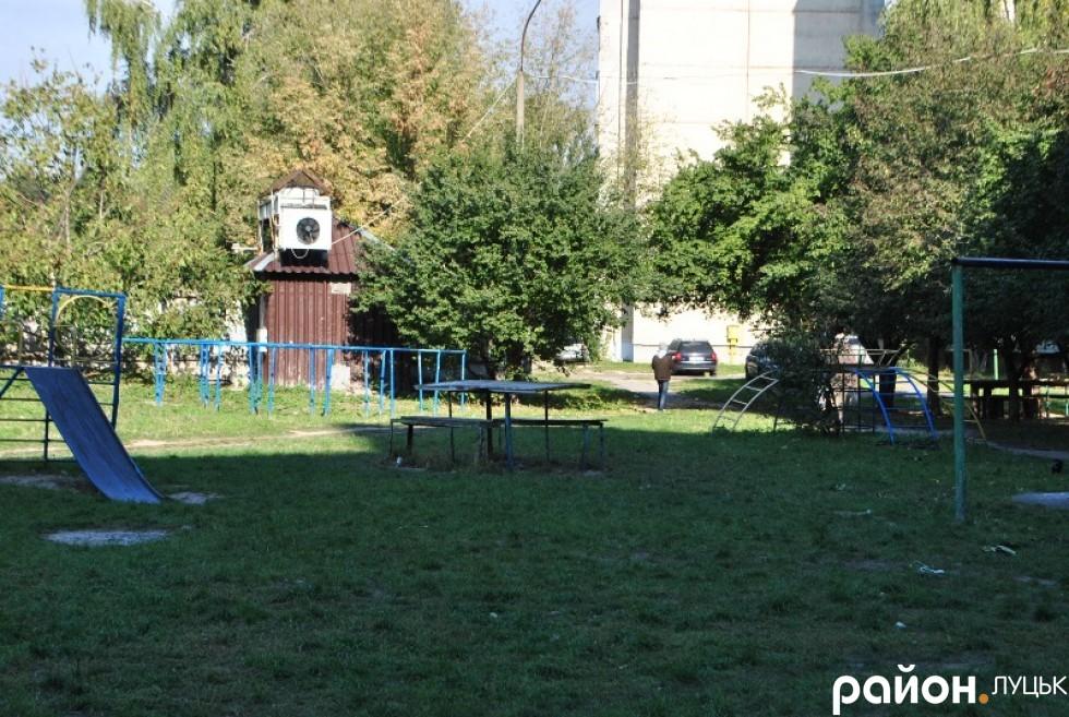 двір на проспекті Грушевського