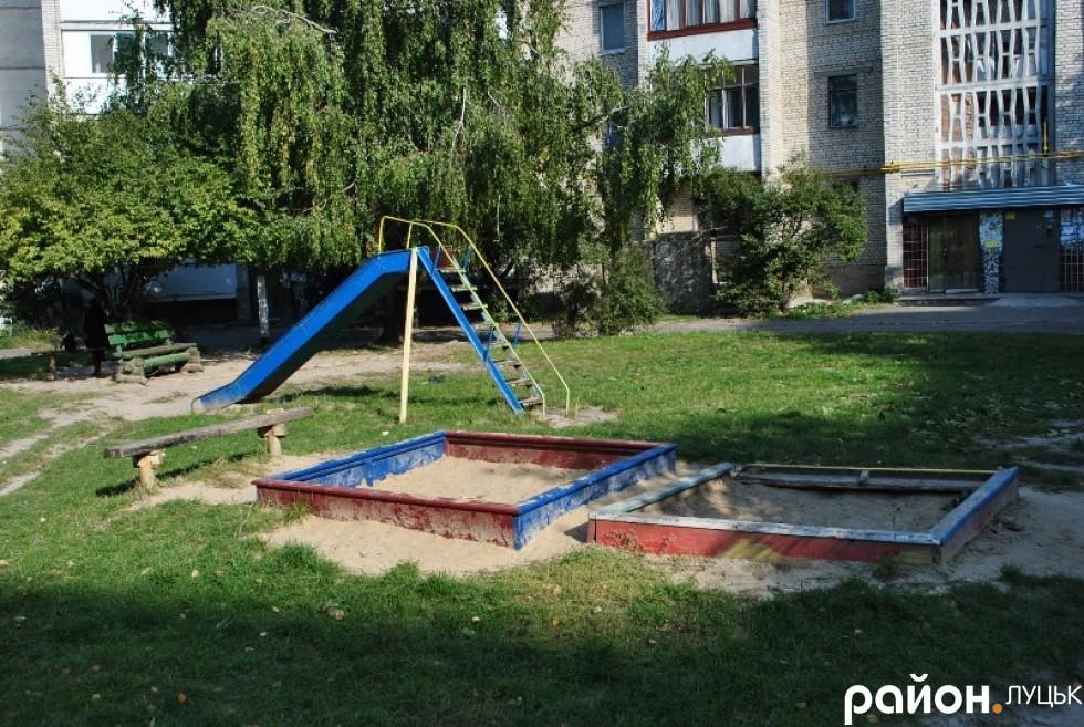 пісочниця в дворі на Грушевського
