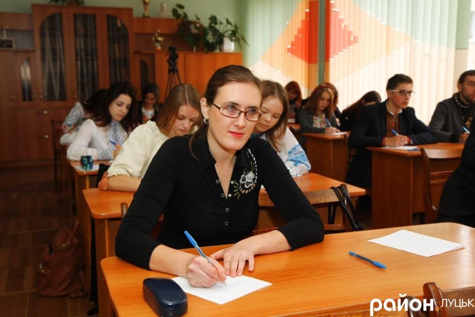 Громадська активістка Тетяна Ленартович в очікуванні диктанту