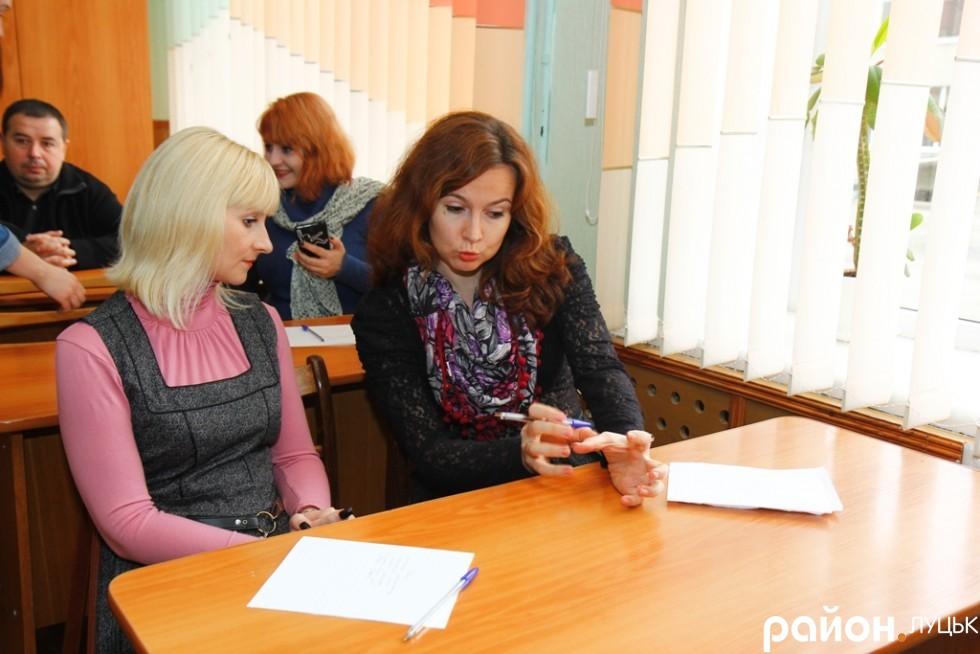 Редактор газети «Сім'я і Дім» Оксана Головій та редактор журналу «Сімейний порадник» Інна Семенюк перед диктантом, схоже, продовжують обговорювати теми, що не стосуються мови