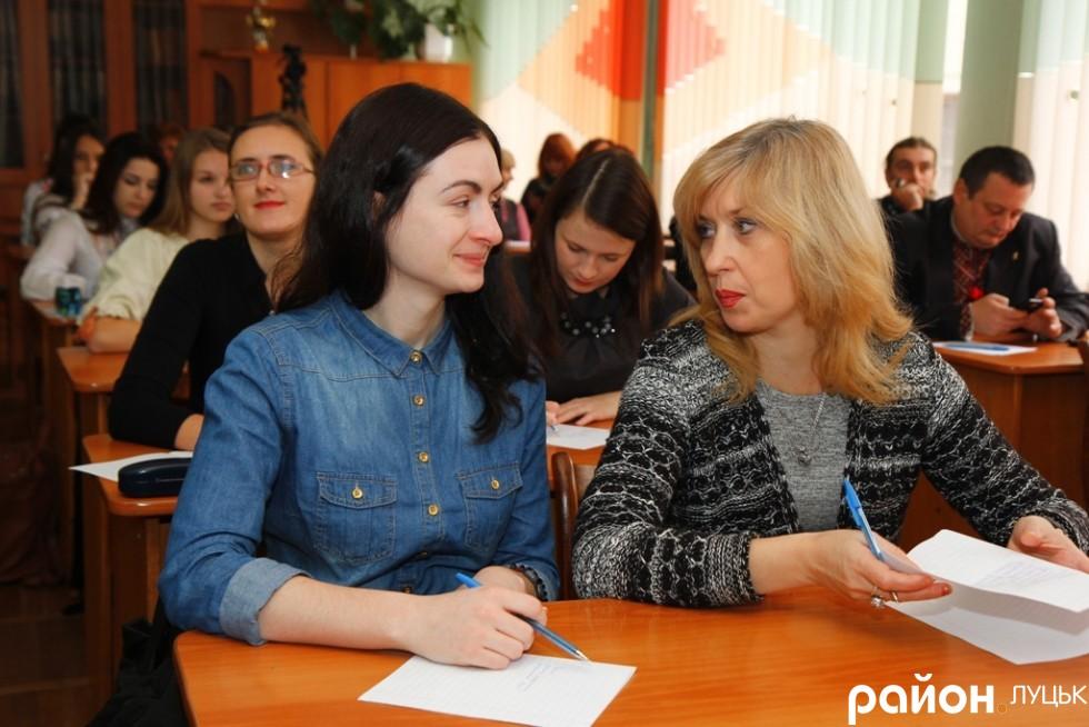 Радіоведуча Яна Рамська та актриса Світлана Органіста, мабуть, обговорюють тонкощі української мови