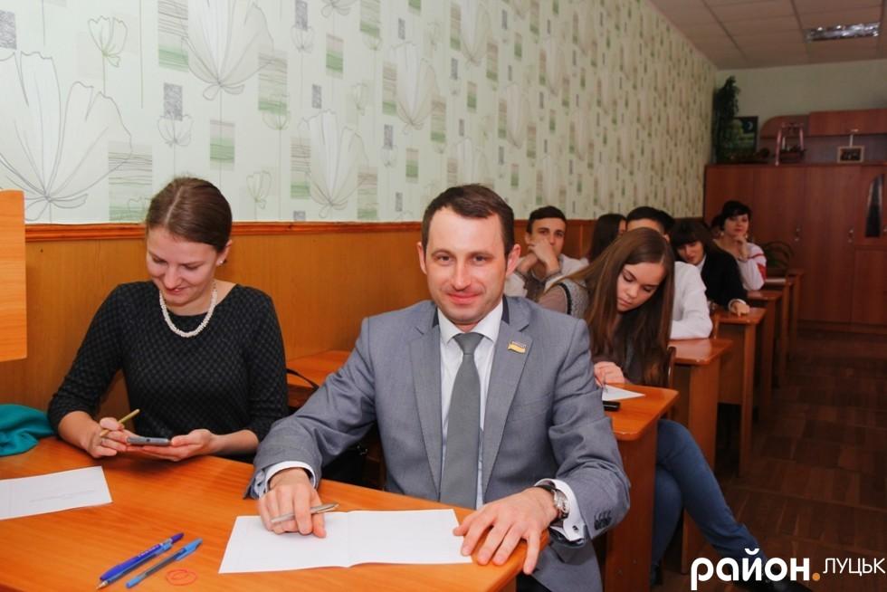 Секретар Луцької міськради Сергій Григоренко до початку диктанту розповідав веселі історії зі шкільного життя