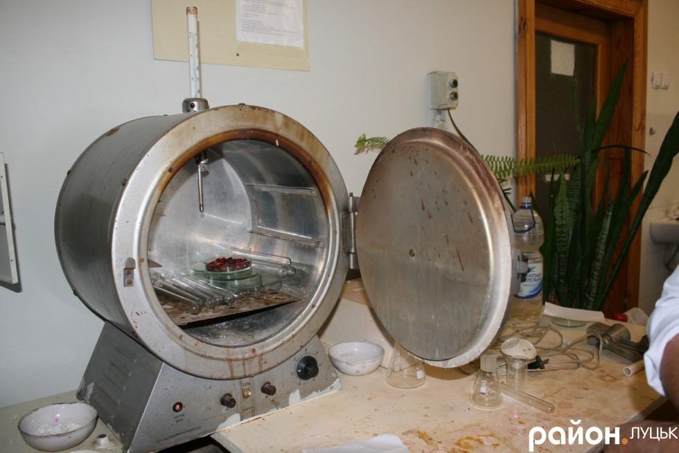 Піч-сушильня, де осушують посуд і речовини для досліджень