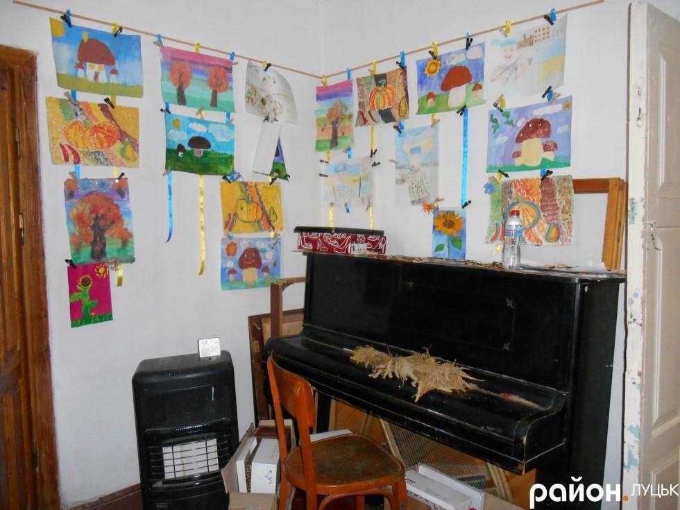 Майже у всіх кімнатах будинку можна побачити результати дитячої творчості