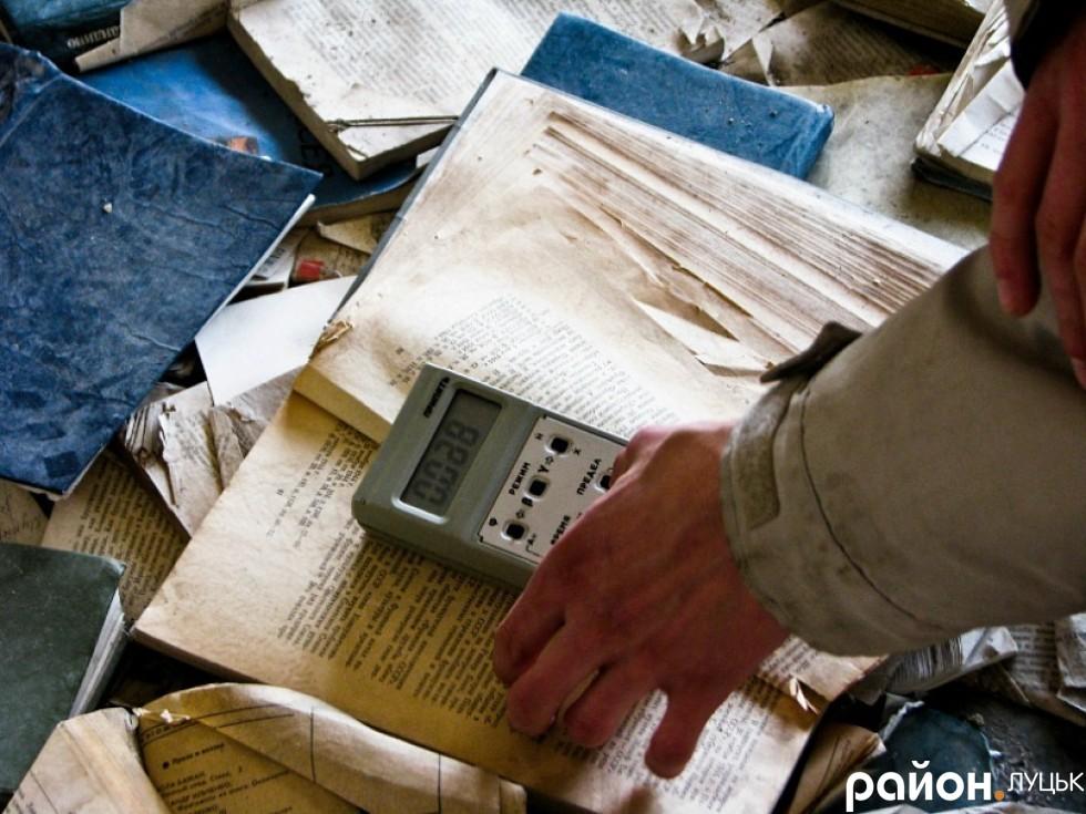 Туристи-екстримали вимірюють радіаційний фон у залишеному атомограді. 2011 рік