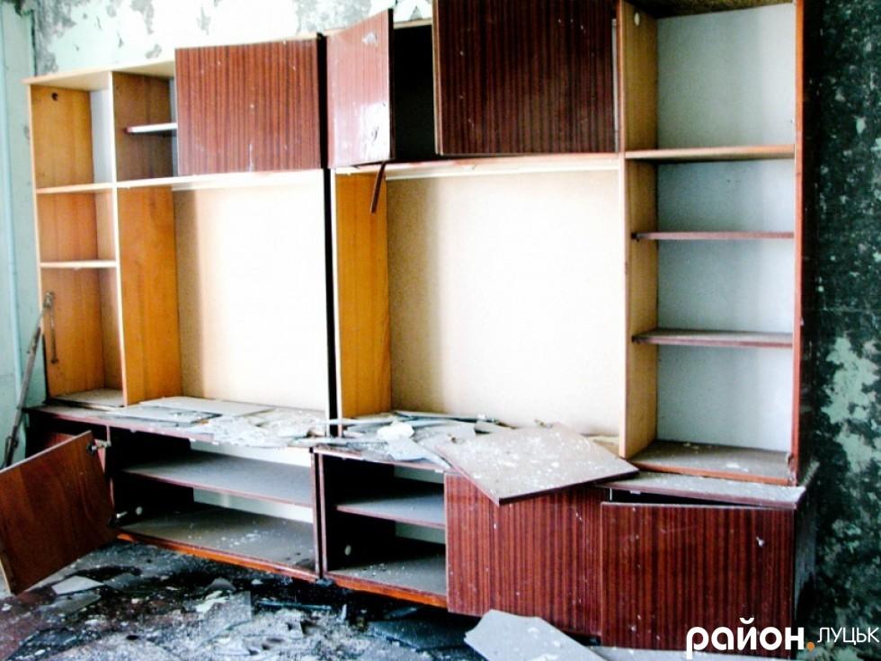 Покинуті квартири жителів Прип'яті тепер стоять розграбовані мародерами. 2011 рік