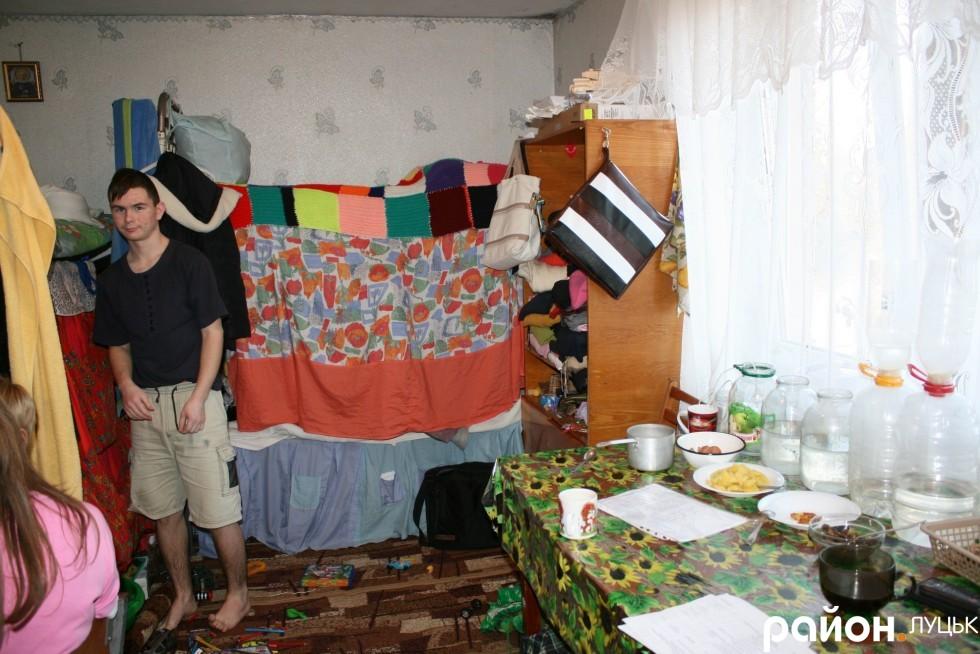 Так виглядає кімната в гуртожитку, з якої виселяють переселенок
