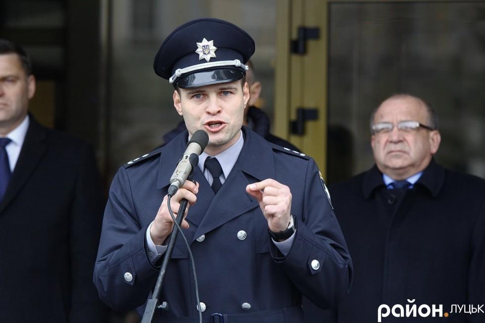 Олександр Фацевич виголошує промову 19 грудня 2015 року на Тетральному майдані під час присяги патрульних поліцейських