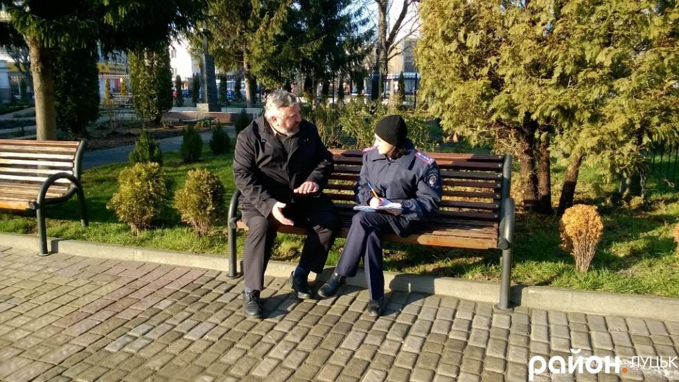 Отець Володимир дає пояснення правоохоронцям