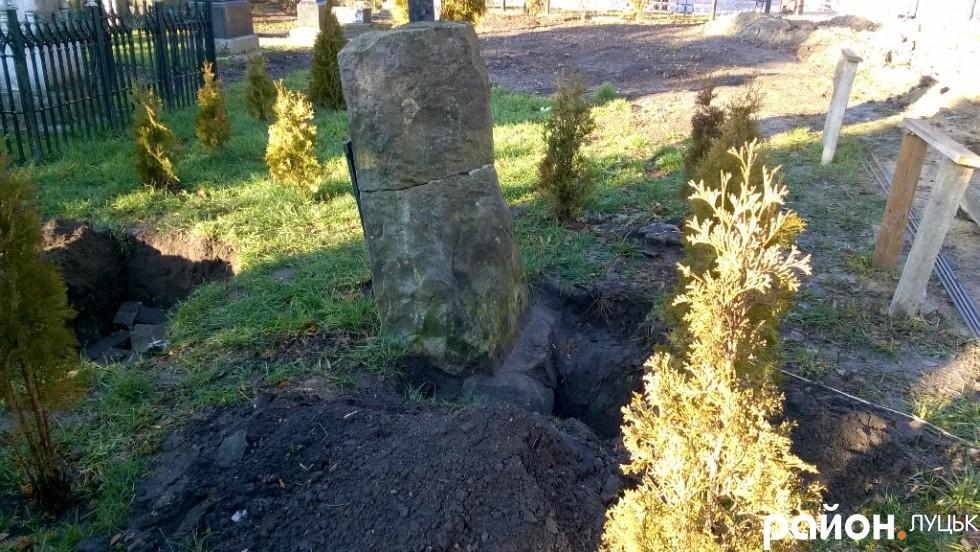 Розриті могили на території храму