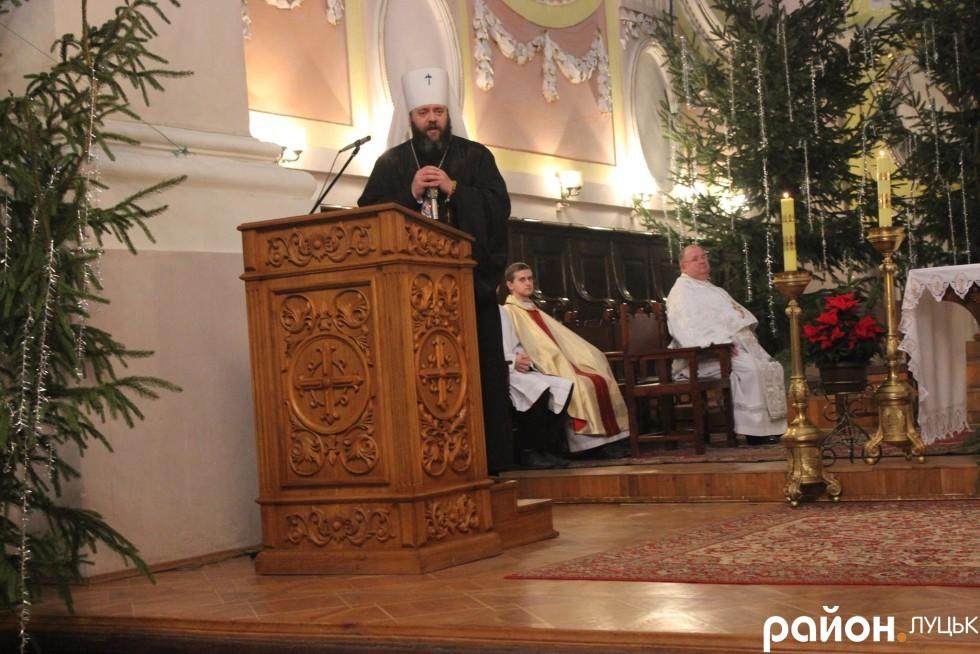 Тим часом митрополит Михаїл виголошує промову у католицькому костелі