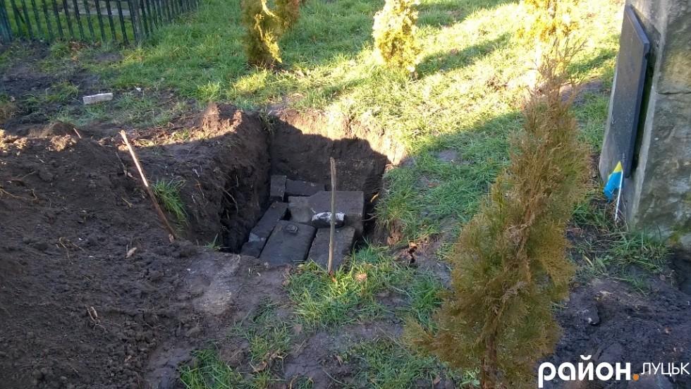 Залишки хреста робітники склали у розриту могилу