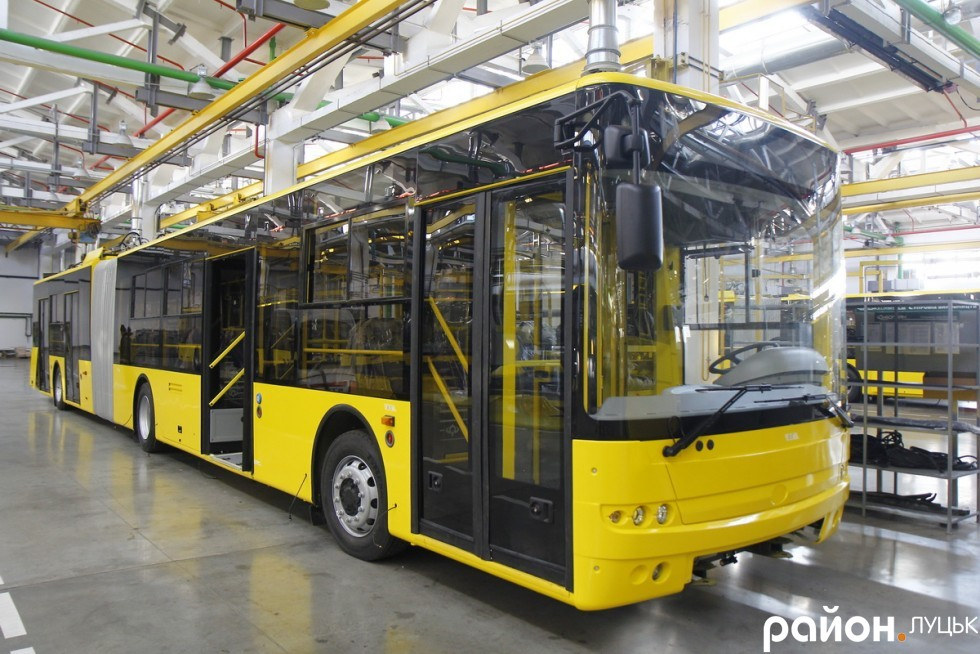 Новенькі автобуси чекають на відправлення