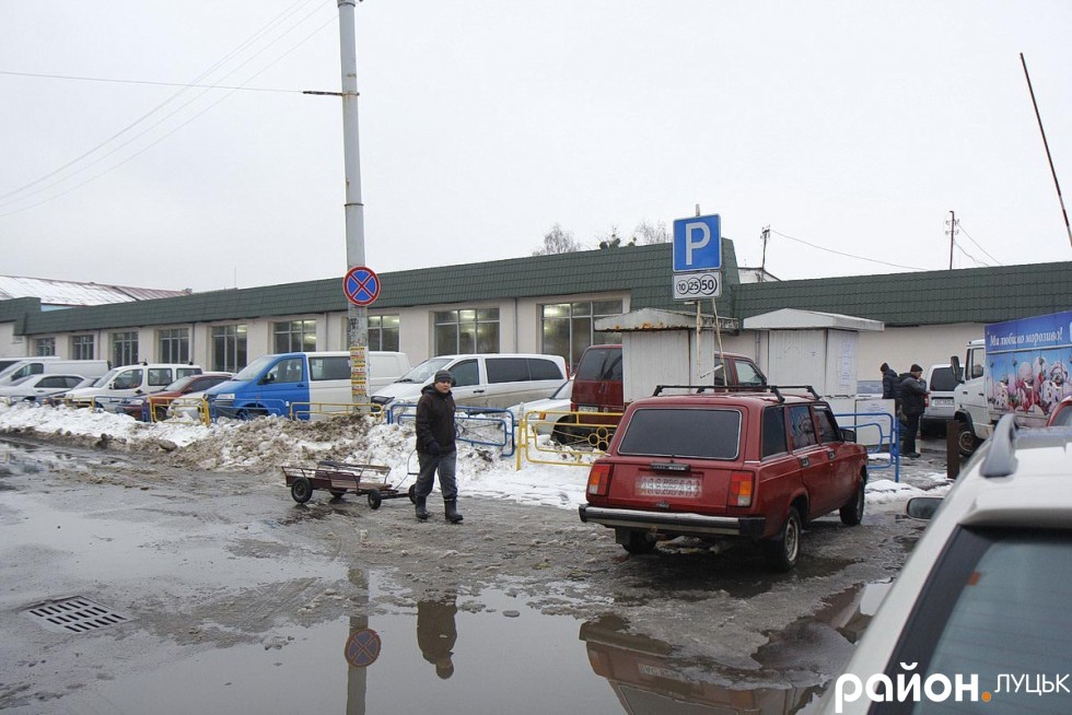 Незважаючи на присутність патрульних, деякі водії все одно залишають свої авто у недозволених місцях та йдуть на ринок