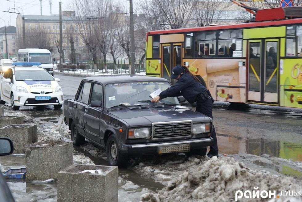 Софія Бондар залишає попередження недобросовісним водіям на лобовому склі їхніх авто