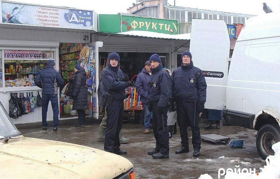 Біля Центрального ринку зустрічаємо і піший патруль