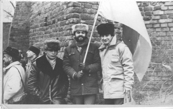 Вибори 1990 р. Г. Кожевніков установлює перший національний прапор на Замковій вежі