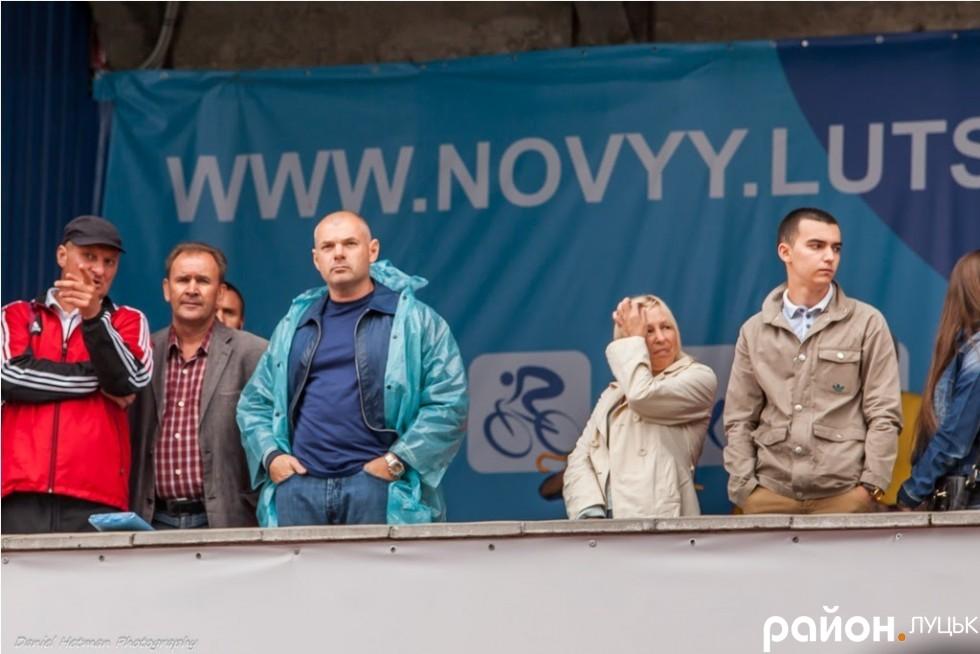 Ігор Палиця (у дощовику) під час відкриття оновленого стадіону