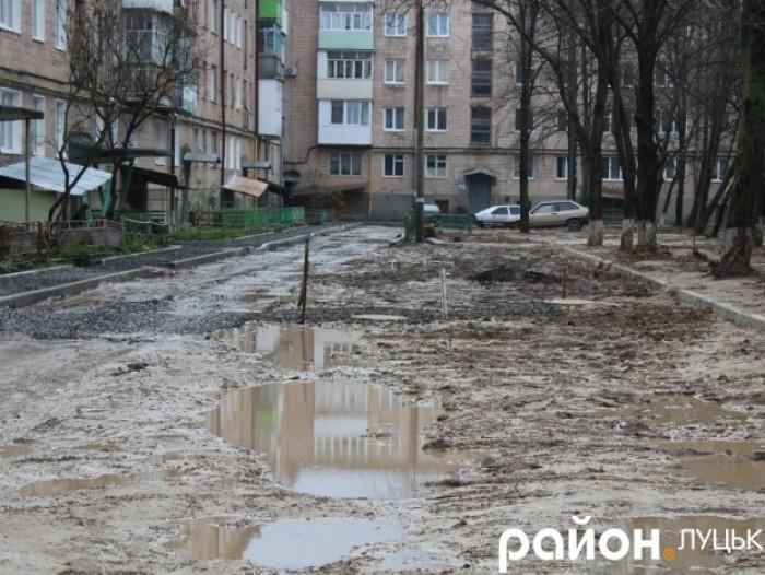 Коли погодні умови дозволять – на  прибудинковій території на вулиці Конякіна,12 прокладуть асфальт