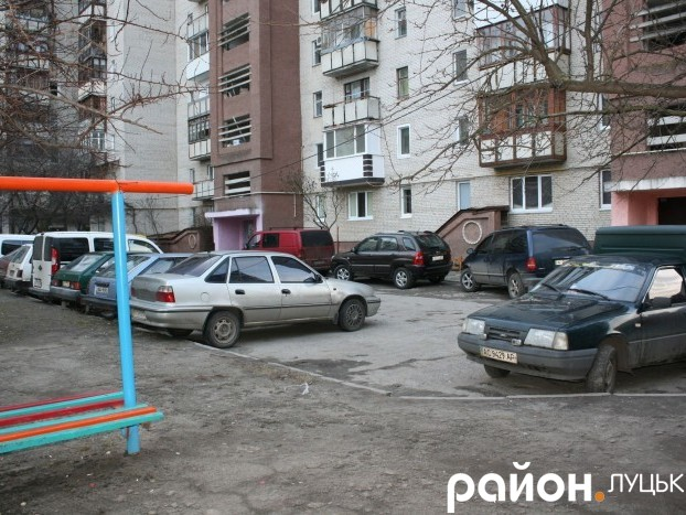 Щоранку у дворі на проспекті Соборності, 30 автомобільний аншлаг