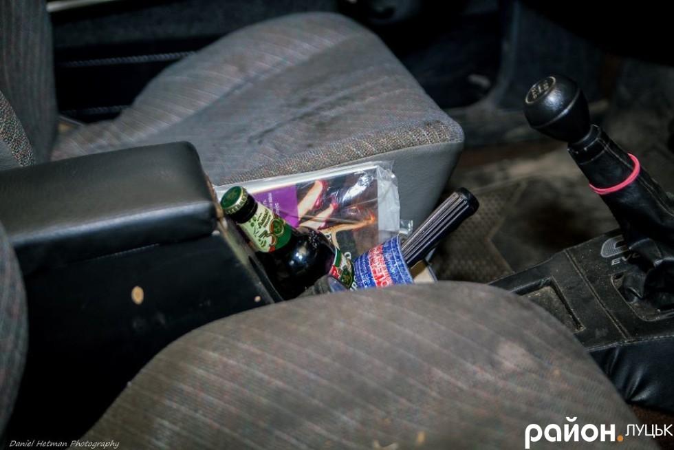 В салоні авто алкоголь, очевидно для продовження свята