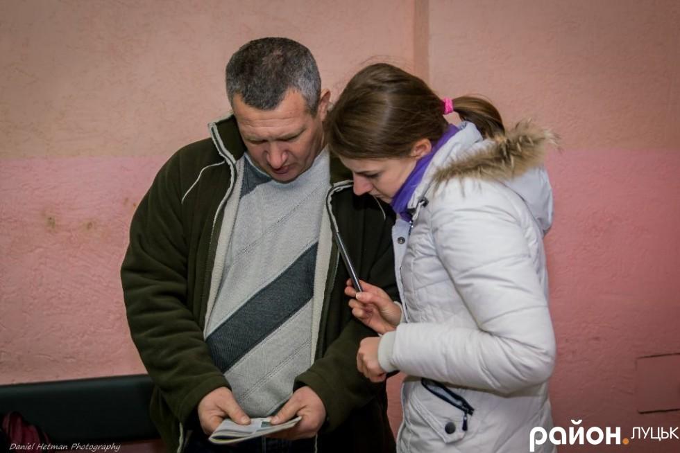 Таксист зачитує пункт з Правил дорожнього руху України, намагаючись довести свою правоту