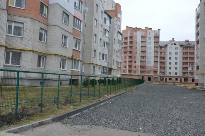 Загороджена територія поблизу житлового комплексу
