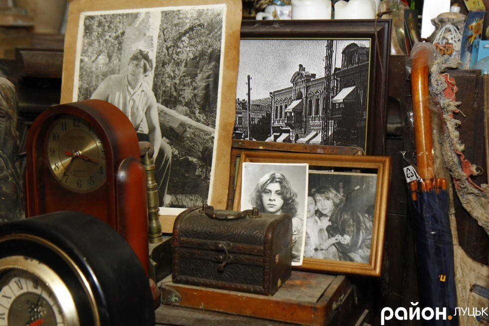 На полицях – сімейні фотографії. Виключно родина Голованів: від діда до внука. Жодних фото з відомими візитерами