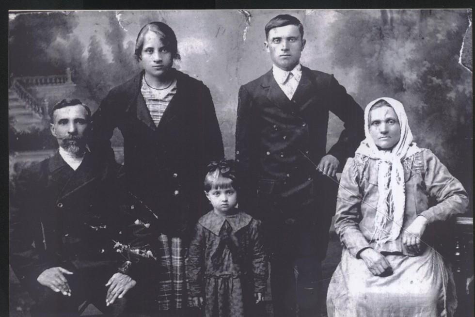 17-літня мама Людмили Шелкової - Варвара Олександрівна (стоїть зліва), інші - невідомі, 1928 рік