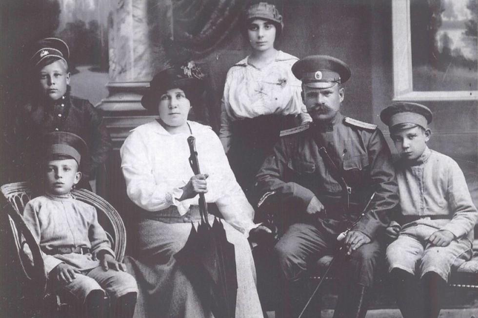 Сидять зліва направо: батько нашої героїні Михайло Шелковий, бабуся Неоніла Шелкова  (Мединська), дідусь Миколай Шелковий, дядько – Арсеній, у другому ряду – родичі Шелкових ( імена невідомі), 1912 рік
