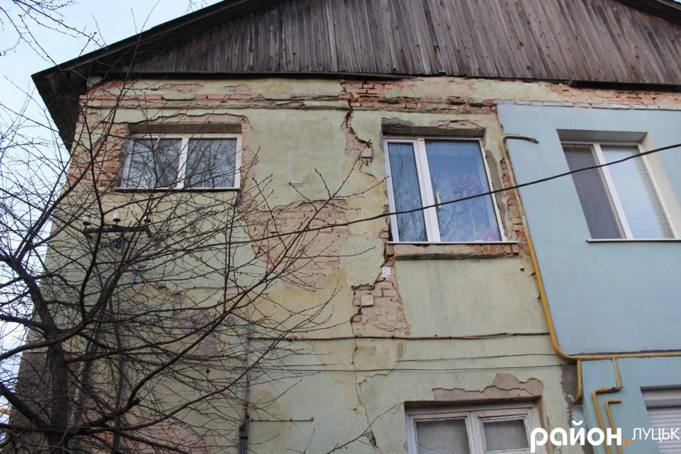 Наслідки активного руху вантажівок через вулицю Ківерцівську