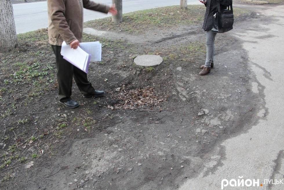 Так просідає покриття практично біля кожної каналізаційної ями
