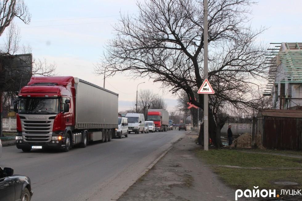 Вантажівки масово атакують вулицю