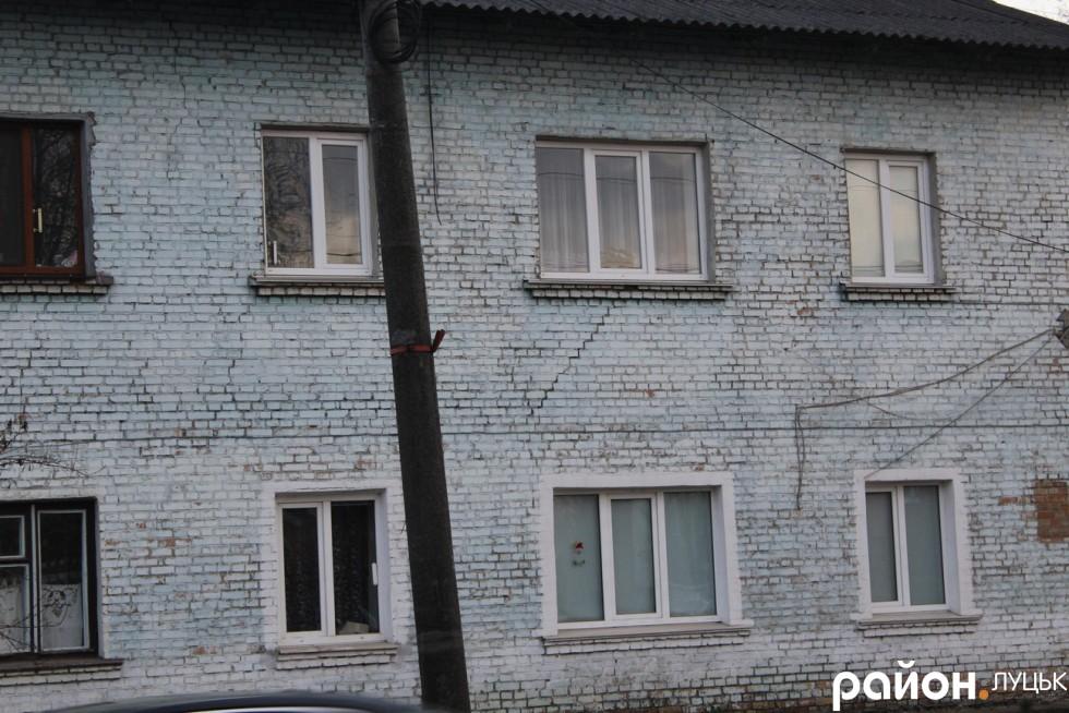 Тріщить будинок від вікон до вікон