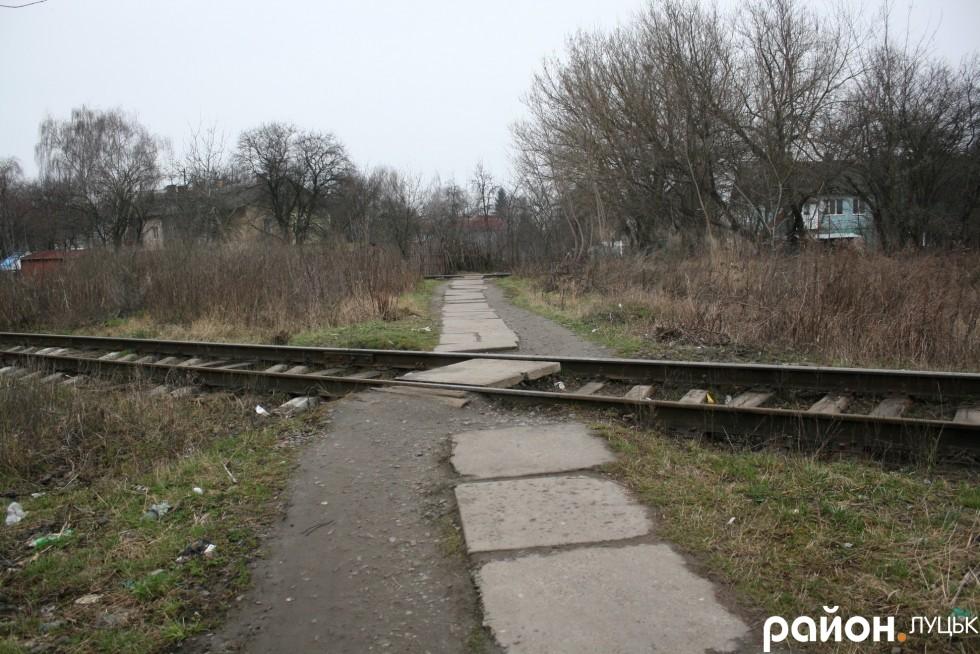 Шлях до залізничної станції пролягає через колії
