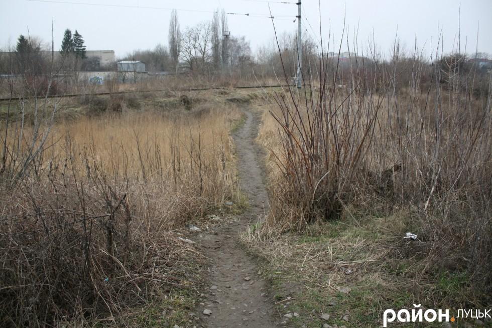 Вузенька стежка веде до залізничних колій