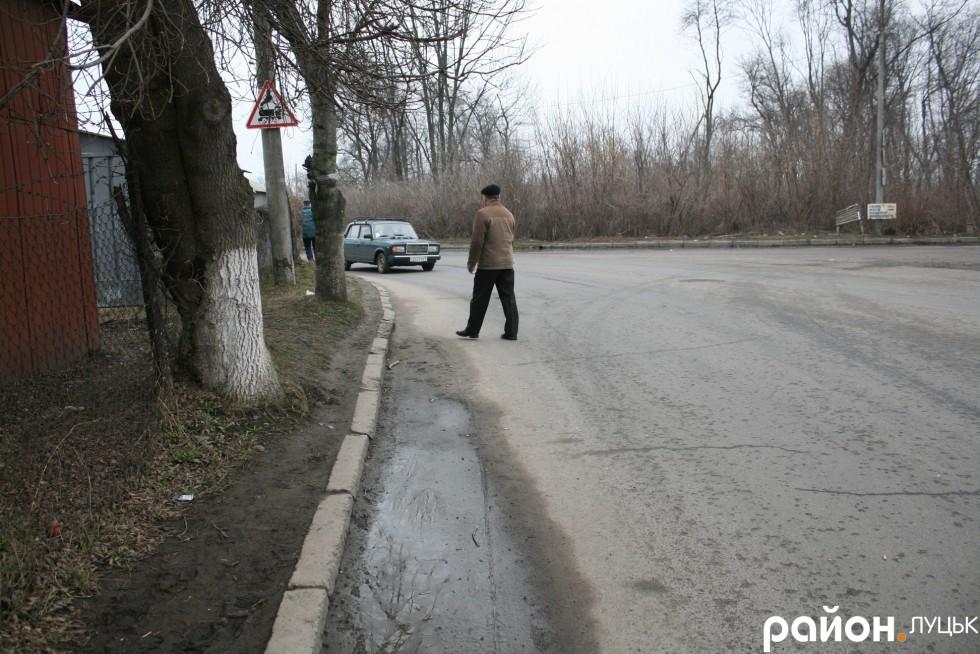Пішоходи ризикують життям, бо тротуар у них забрали