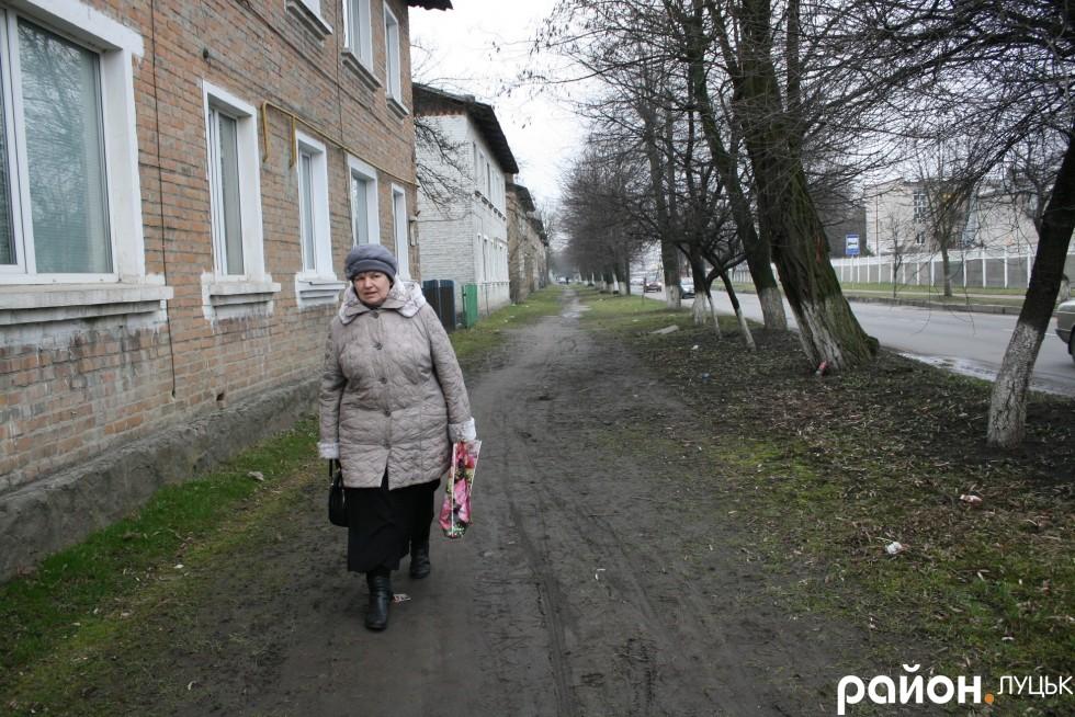 Мешканці Ківерцівської самі витоптали тротуар