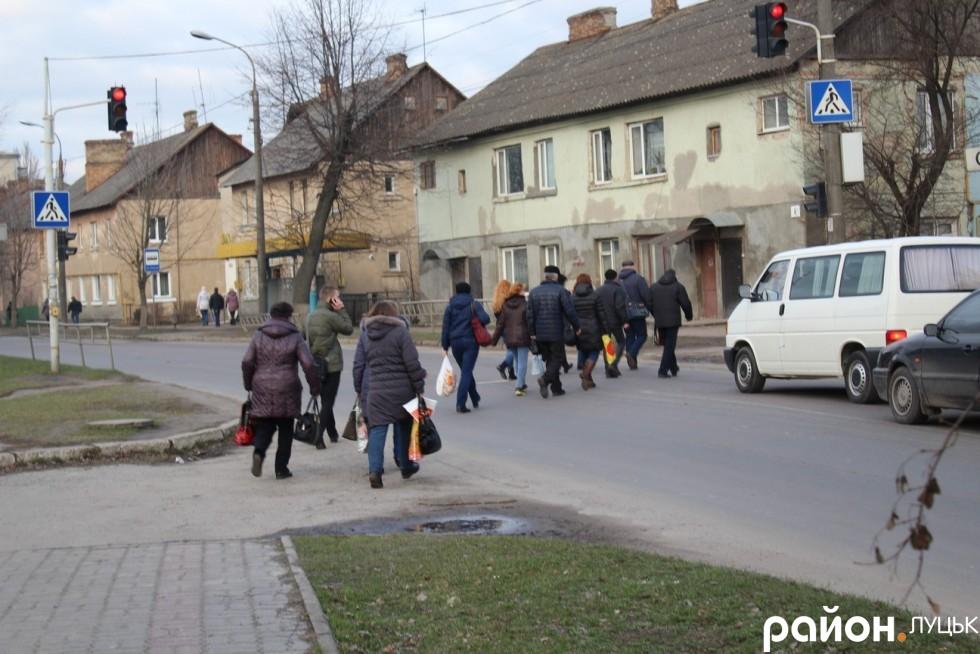Працівники підприємства після закінчення робочого дня прямують до залізничного вокзалу